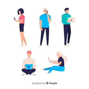 Mão desenhadas pessoas usando a coleção de dispositivos tecnológicos