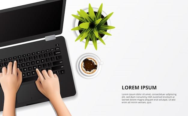 Mão digitando no laptop com planta e xícara de café vista superior sobre a mesa