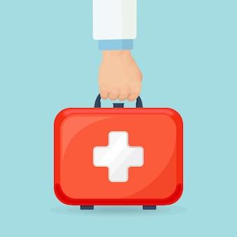 Mão do médico segurando a mala do kit de primeiros socorros