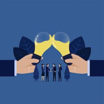 Mão dois do homem de negócios que clangora o símbolo de vidro da ideia do acordo e do sucesso.