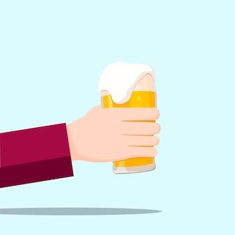 Mão esquerda segurando um copo de cerveja e fundo azul