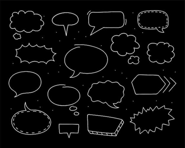 Mão-extraídas balões de fala na coleção de fundo preto. desenho do doodle. ilustração vetorial.