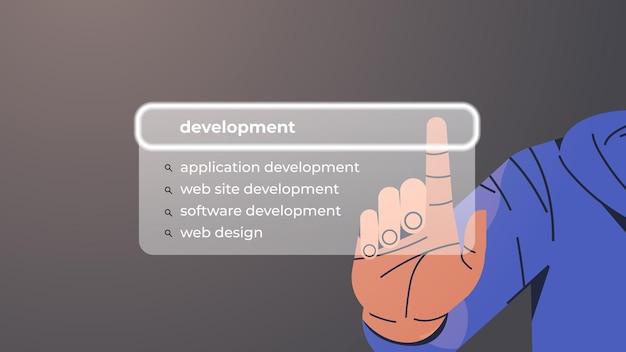 Mão humana escolhendo o desenvolvimento na barra de pesquisa na tela virtual