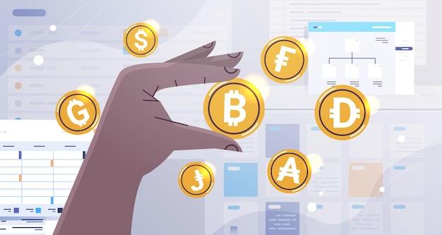 Mão humana segurando moedas de ouro no conceito de criptomoeda horizontal
