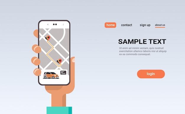 Mão humana usando pedidos on-line táxi compartilhamento de carro conceito de aplicativo móvel transporte serviço de compartilhamento de carro carpooling app tela do smartphone com mapa gps