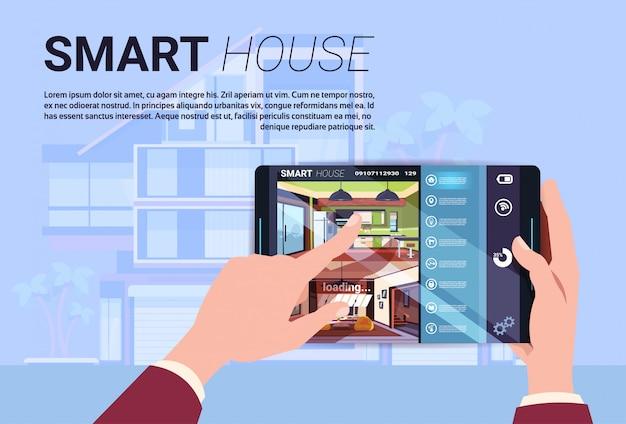 Mão que guarda a tabuleta de digitas com relação home esperta, tecnologia moderna do conceito da automatização da casa