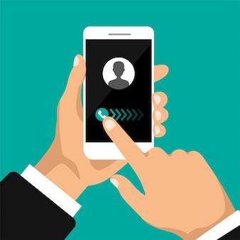 Mão segura smartphone com chamada recebida em uma tela.