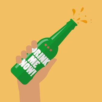 Mão segurando a garrafa de cerveja me beber agora