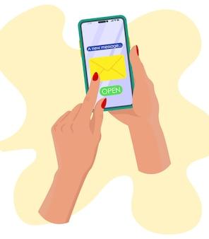 Mão segurando celular lendo correspondência