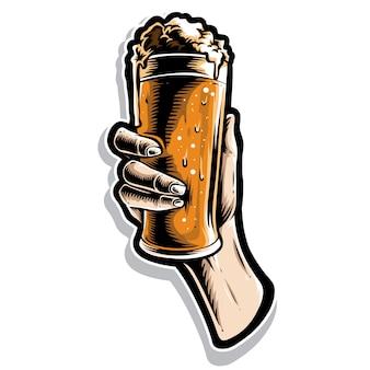 Mão segurando o copo de cerveja