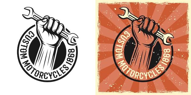 Mão segurando o emblema do vetor de chave inglesa, distintivo, etiqueta, impressão em dois estilos monocromático e vintage colorido com texturas removíveis do grunge