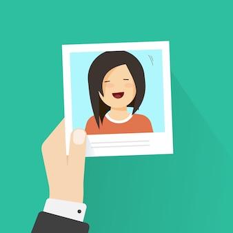Mão segurando o frame da foto de papel com estilo de cartoon plana garota feliz vector ilustração dos desenhos animados
