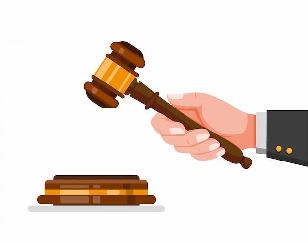 Mão segurando o martelo do juiz, símbolo do martelo de madeira para direito e justiça na ilustração plana dos desenhos animados, isolada no fundo branco