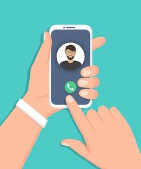 Mão segurando o smartphone com chamada recebida em um design plano
