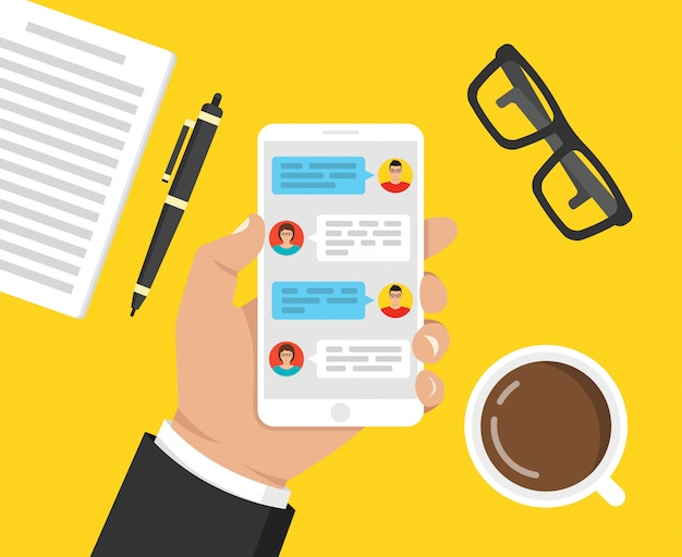 Mão segurando o smartphone com mensagens na tela