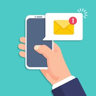 Mão segurando o smartphone com notificação de mensagem de e-mail em um design plano