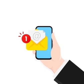 Mão segurando o smartphone com nova notificação de mensagem na tela.