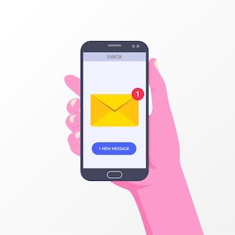 Mão segurando o smartphone com nova notificação de mensagem no símbolo de tela do telefone.