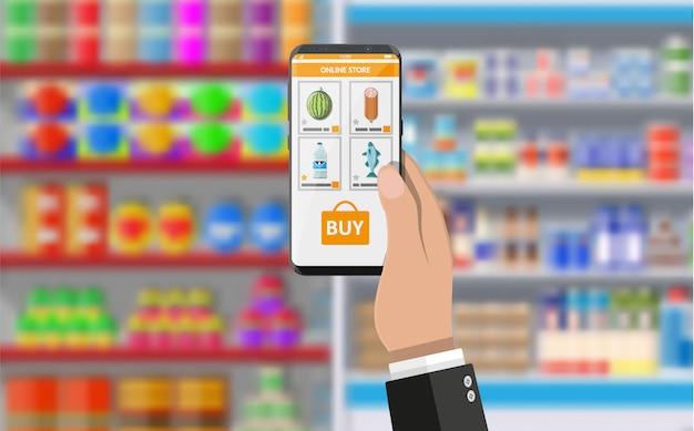 Mão segurando o smartphone com o aplicativo de compras