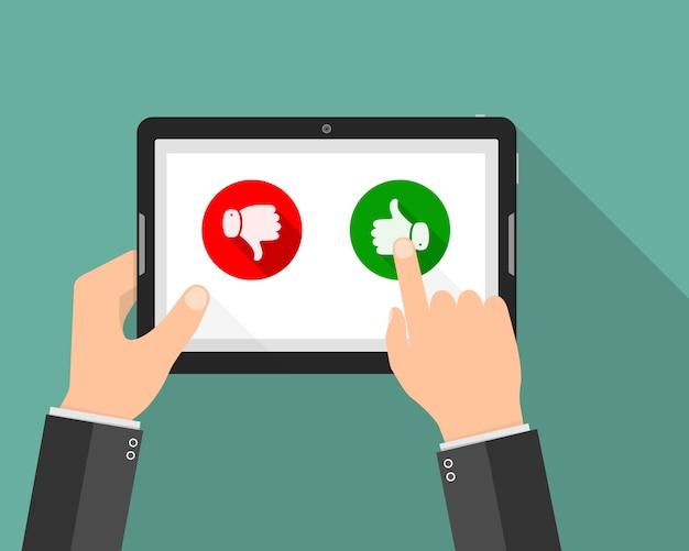 Mão segurando o tablet com botões de curtir e não gostar. ilustração Vetor Premium