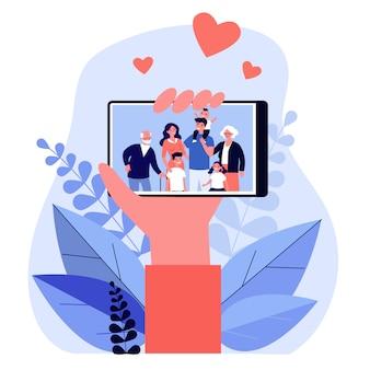 Mão segurando o telefone com foto de família na tela