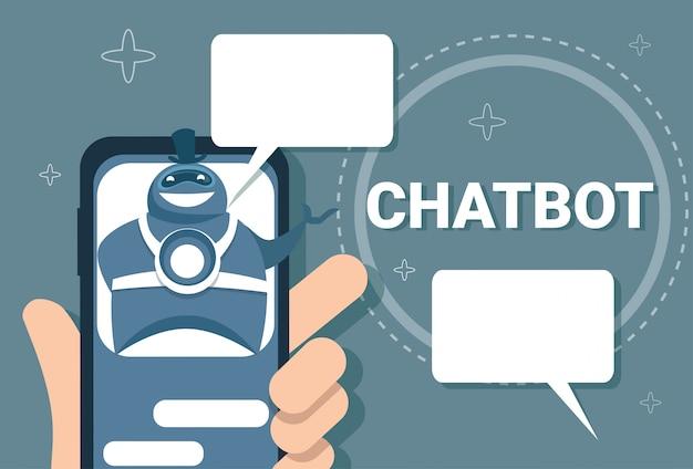 Mão segurando o telefone inteligente homem conversando com o chat bot online support chatter technology
