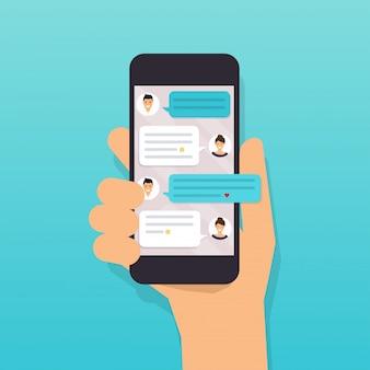 Mão segurando o telefone móvel esperto com mensagem de texto.