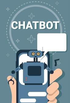 Mão segurando o usuário de telefone inteligente conversando com tecnologia de robô de suporte on-line de robô de bate-papo