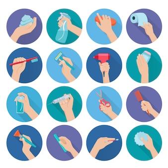 Mão segurando objetos de higiene pessoal plano conjunto de ícones