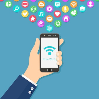 Mão segurando um smartphone com sinal de wi-fi grátis na tela