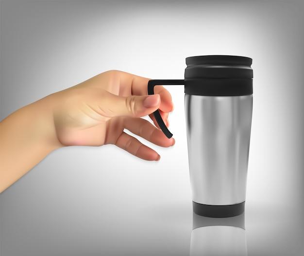 Mão segurando uma xícara térmica