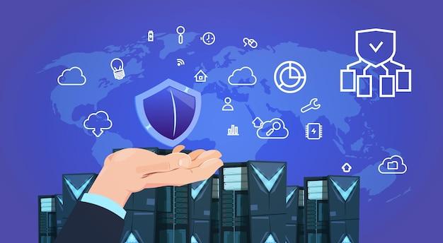 Mão segure centro de servidores de nuvem de proteção de dados de escudo