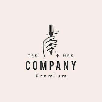 Mão segure garfo comida restaurante hipster logotipo vintage