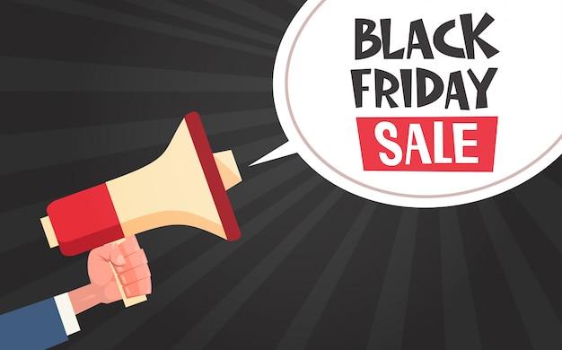 Mão segure o megafone com mensagem de venda de sexta-feira negra na bolha do bate-papo