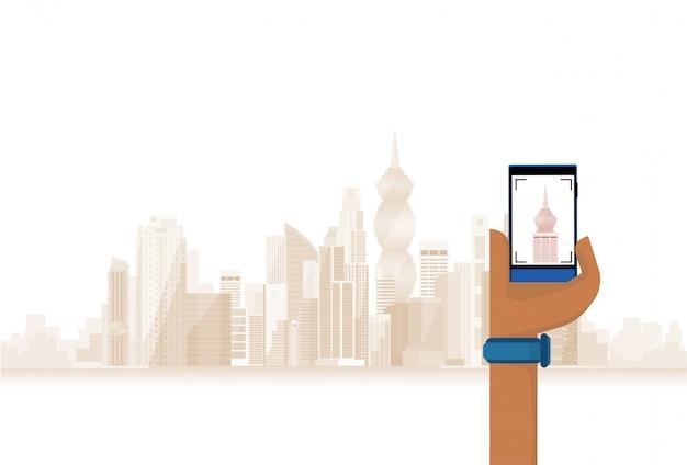 Mão segure o telefone inteligente de celular tirando foto da cidade moderna