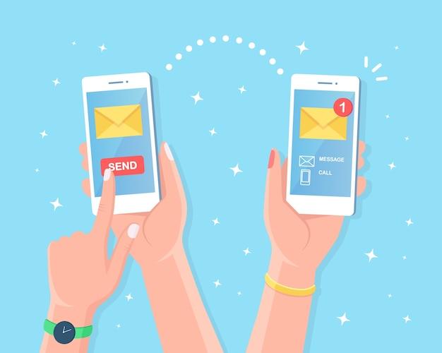 Mão segure smartphone branco com notificação de mensagem