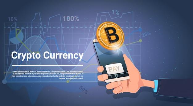 Mão segure telefone inteligente com botão de pagamento dourado bitcoin digital crypto moeda dinheiro web moderno concep