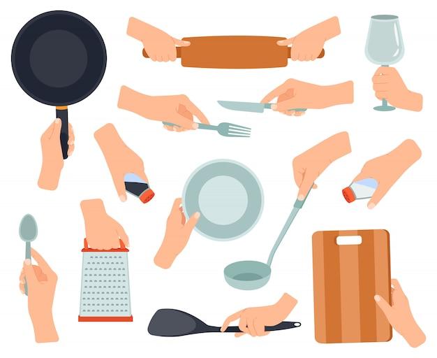 Mão segure utensílios de cozinha. itens de cozinha nas mãos femininas, frigideira, garfo de aço inoxidável, faca, mãos segurando um conjunto de ilustração de utensílios de cozinha. faca e garfo, panela e utensílio de cozinha