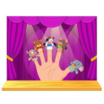 Mão usando 5 fantoches de dedo no palco