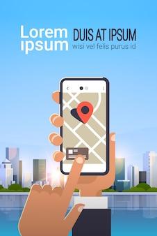Mão usando o aplicativo de mapa móvel on-line