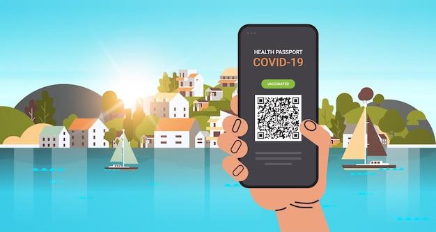 Mão usando passaporte de imunidade digital com código qr na tela do smartphone sem risco covid-19 pandemia de vacinação certificado conceito de imunidade a coronavírus ilustração vetorial horizontal