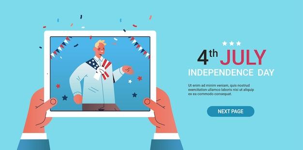Mão usando tablet conversando com cara comemorando, dia da independência de 4 de julho durante videochamada ilustração vetorial espaço cópia horizontal
