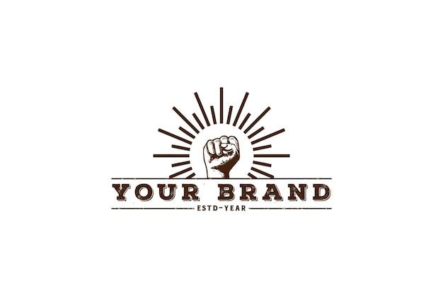 Mão vintage retro cerrar punho com sol para design de logotipo esportivo vector
