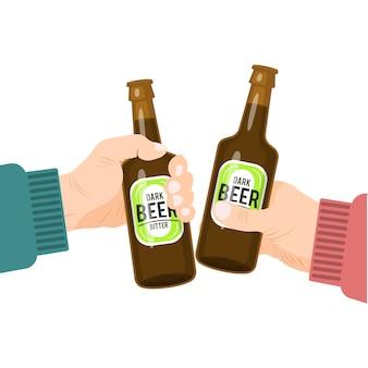Mãos brindando com garrafas de cerveja.