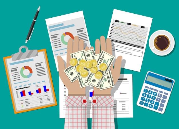 Mãos com dinheiro e relatórios financeiros