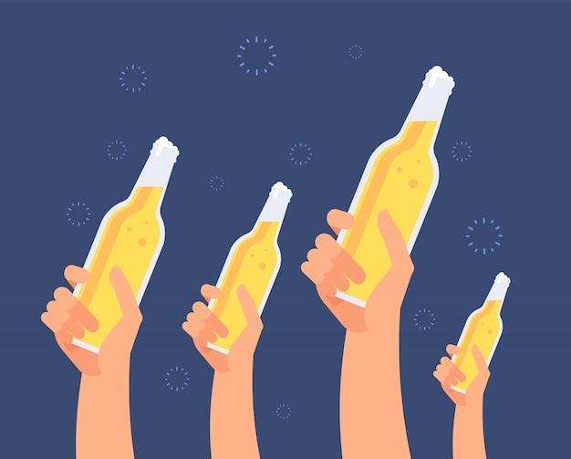 Mãos com garrafas de cerveja. meninas e homens animados brindando cerveja. amigos saindo