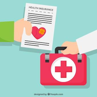 Mãos com o documento do seguro de saúde e kit de primeiros socorros