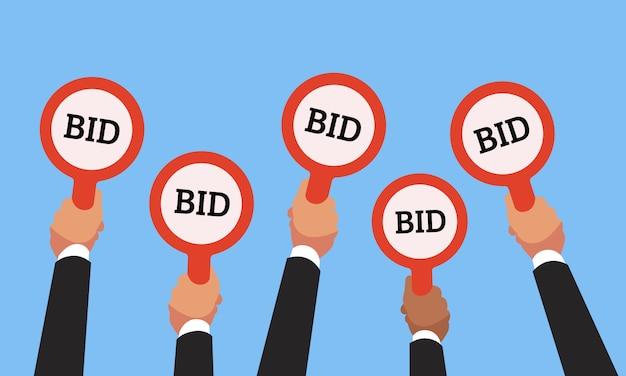 Mãos de compradores de empresário levantando pás de oferta de leilão com números de preço de licitação competitiva