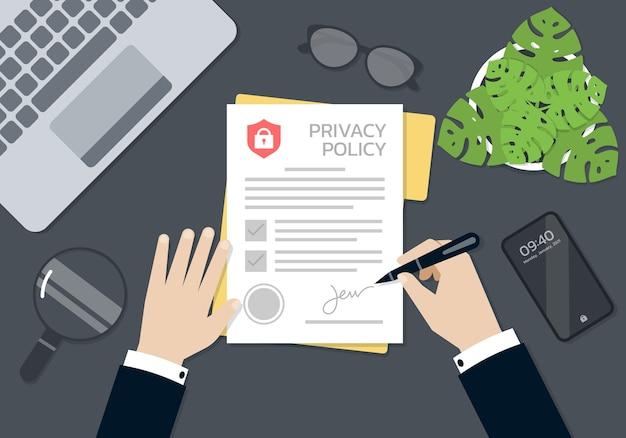 Mãos de empresário assinando e carimbadas no documento de formulário de política de privacidade, conceito de negócio