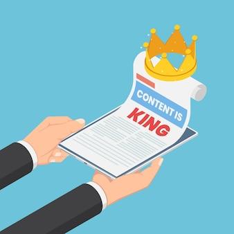 Mãos de empresário isométrico 3d planas segurando um smartphone com conteúdo é rei na página da web e na coroa. conceito de marketing de conteúdo digital.